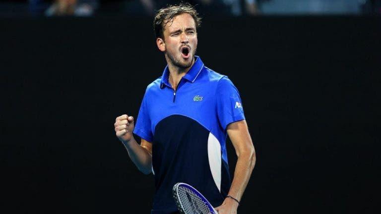 Medvedev gana sin problemas y continúa en el Open de Australia