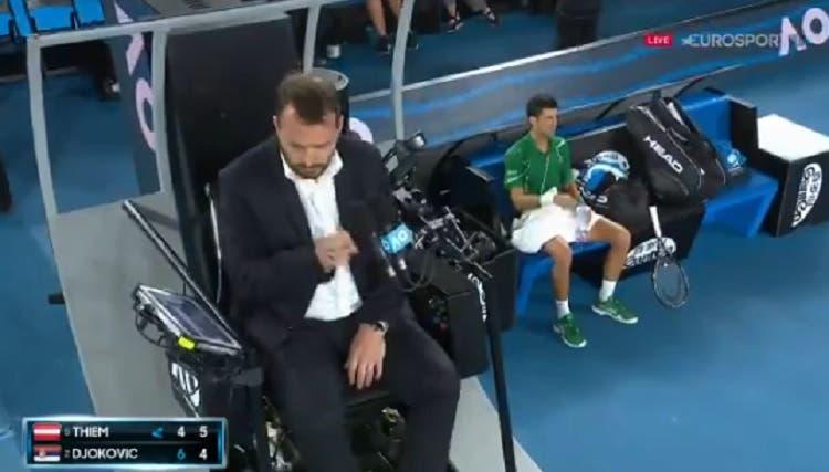 [VIDEO] Djokovic recibe amonestación por abuso de tiempo y no le agrada