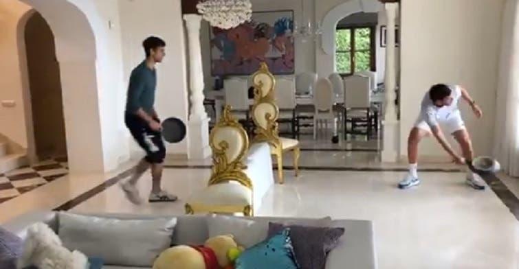[VIDEO] Djokovic encontró una curiosa forma de jugar en la cuarentena