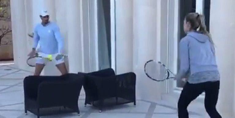 [VIDEO] Rafa Nadal improvisa una cancha para jugar tenis con su hermana