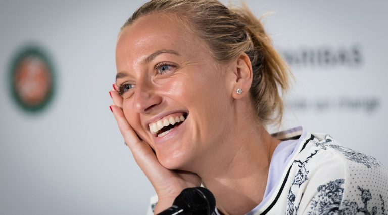 Kvitova dice sentirse feliz por volver a entrenar en la cancha de tenis