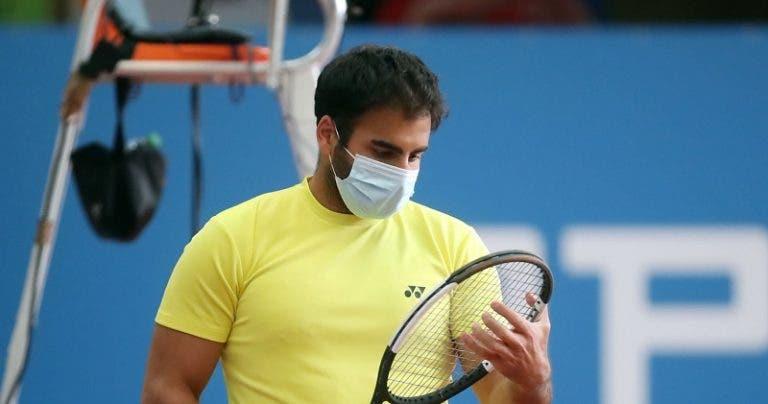 Tenista alemán juega torneo de exhibición usando una mascarilla