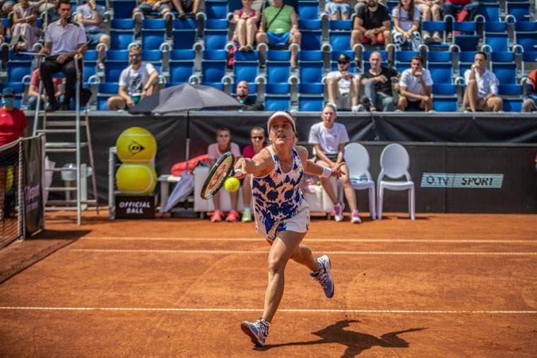 Torneo de exhibición femenino en Praga se realiza con público presente