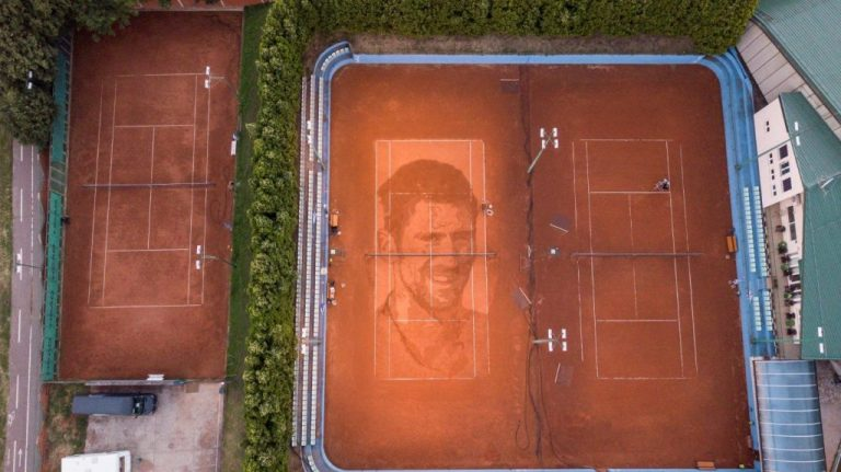 Dibujan el rostro de Djokovic sobre una cancha en Serbia