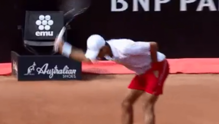 [VIDEO] Novak Djokovic se descontrola y destroza raqueta en Roma