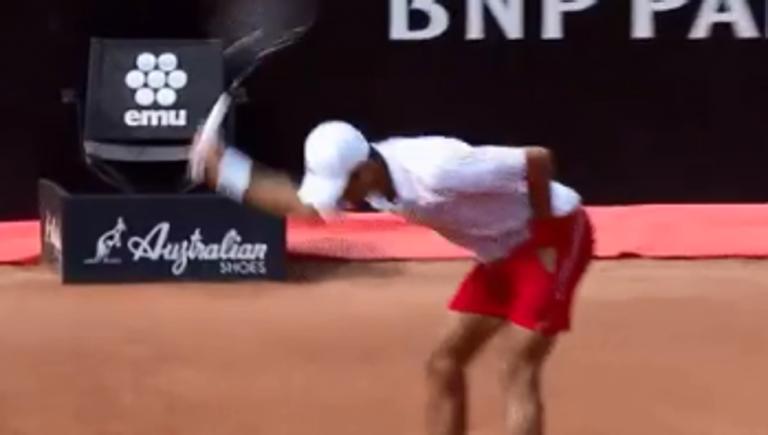 [VIDEO] Novak Djokovic se descontrola y destroza raqueta en Roma