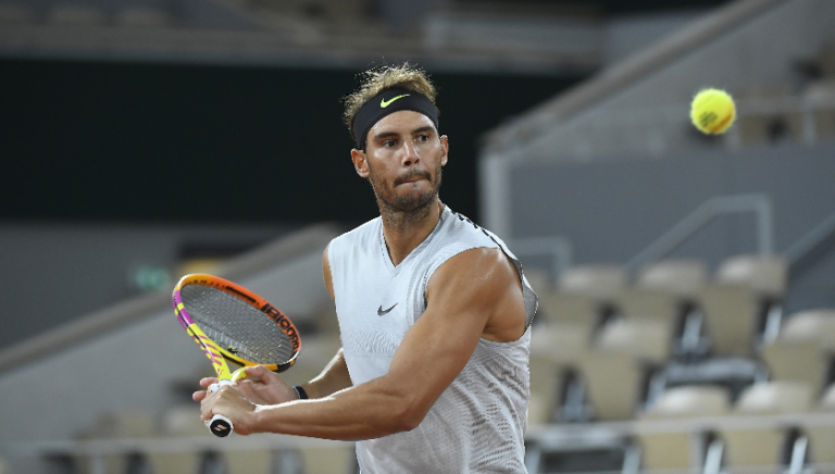 Nadal entrena devolviendo amortis en la víspera de la final de Roland Garros