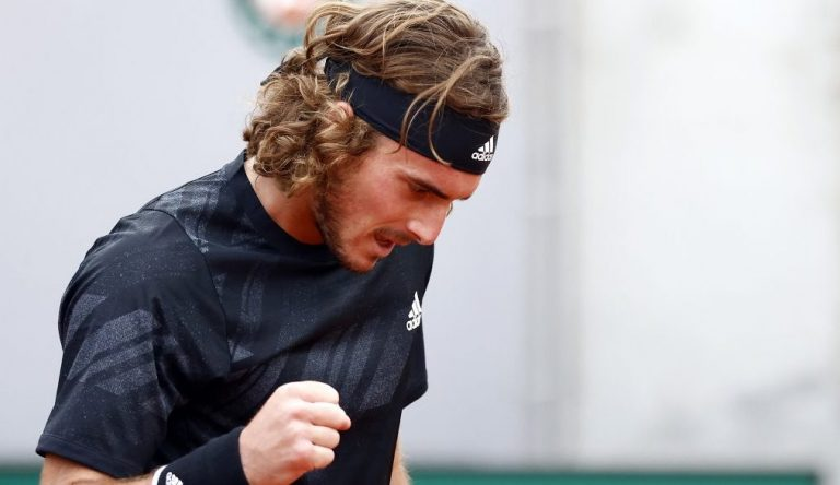 Tsitsipas y Dimitrov ganan tras el retiro de sus oponentes en Roland Garros